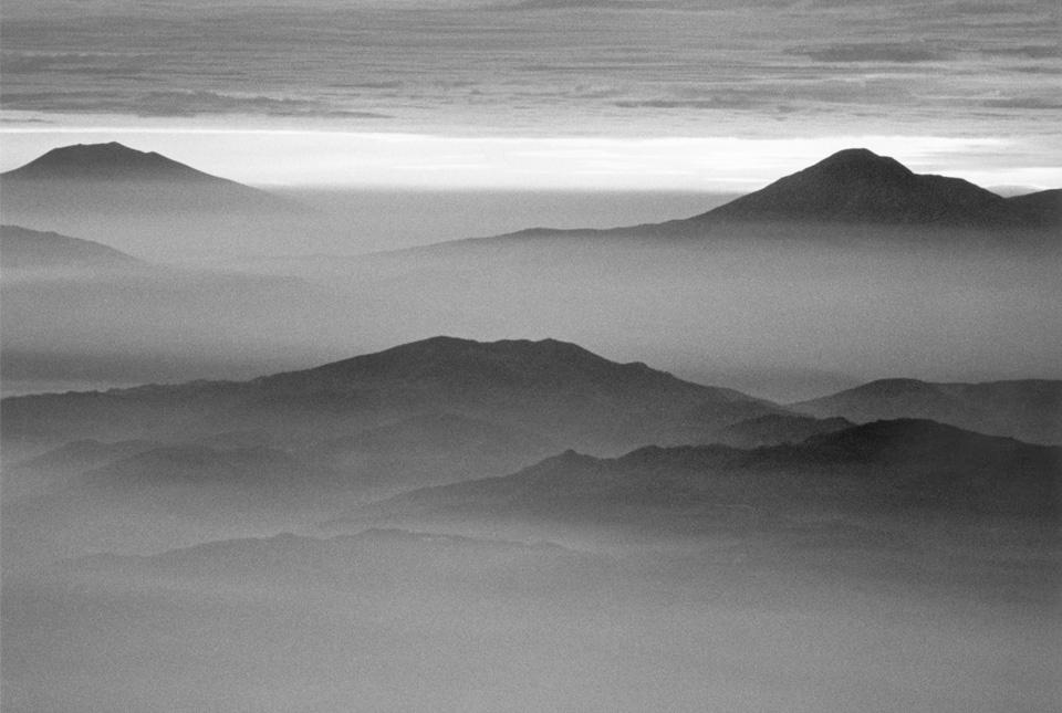 朝靄に包まれる山々 960×645