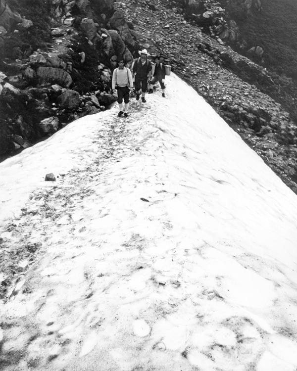 雪渓を行く 600×750