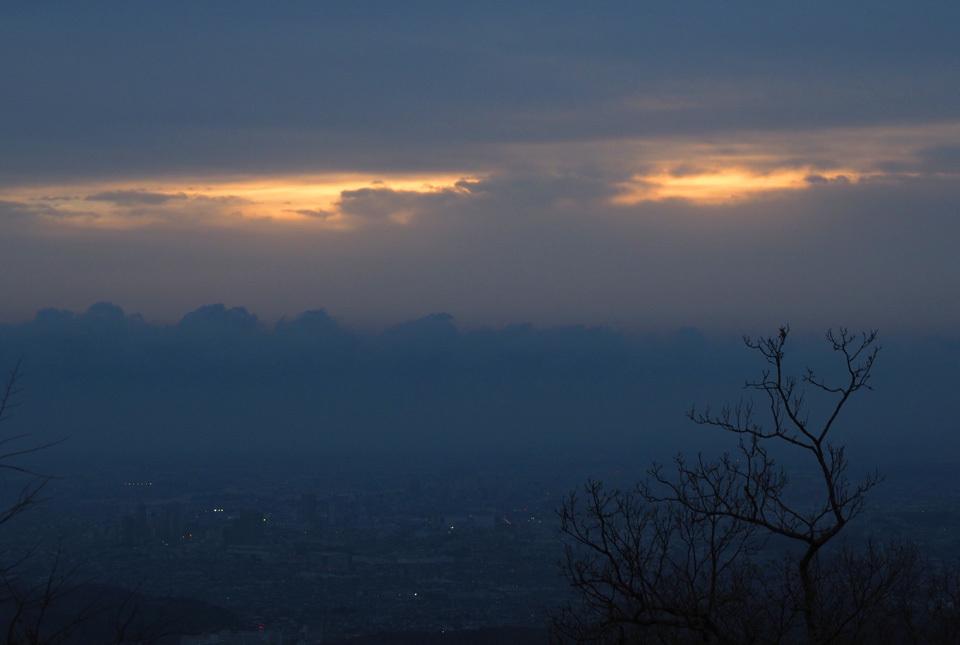 60677 高尾山山頂の夜明け 960×645