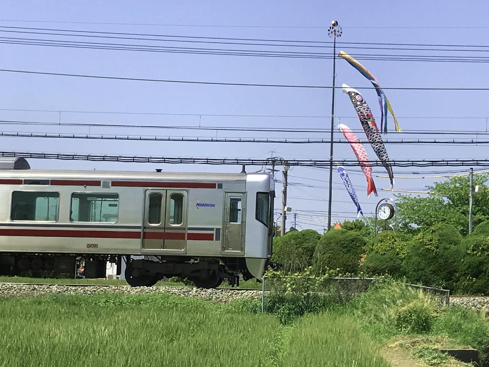 鯉のぼりと電車