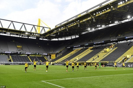 Dortmund win against their rivals, the players saluted the Yellow Wall even though there wasnt anyone there
