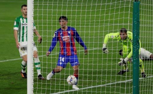 Takashi Inui (Eibar) disallowed goal for offside against Betis