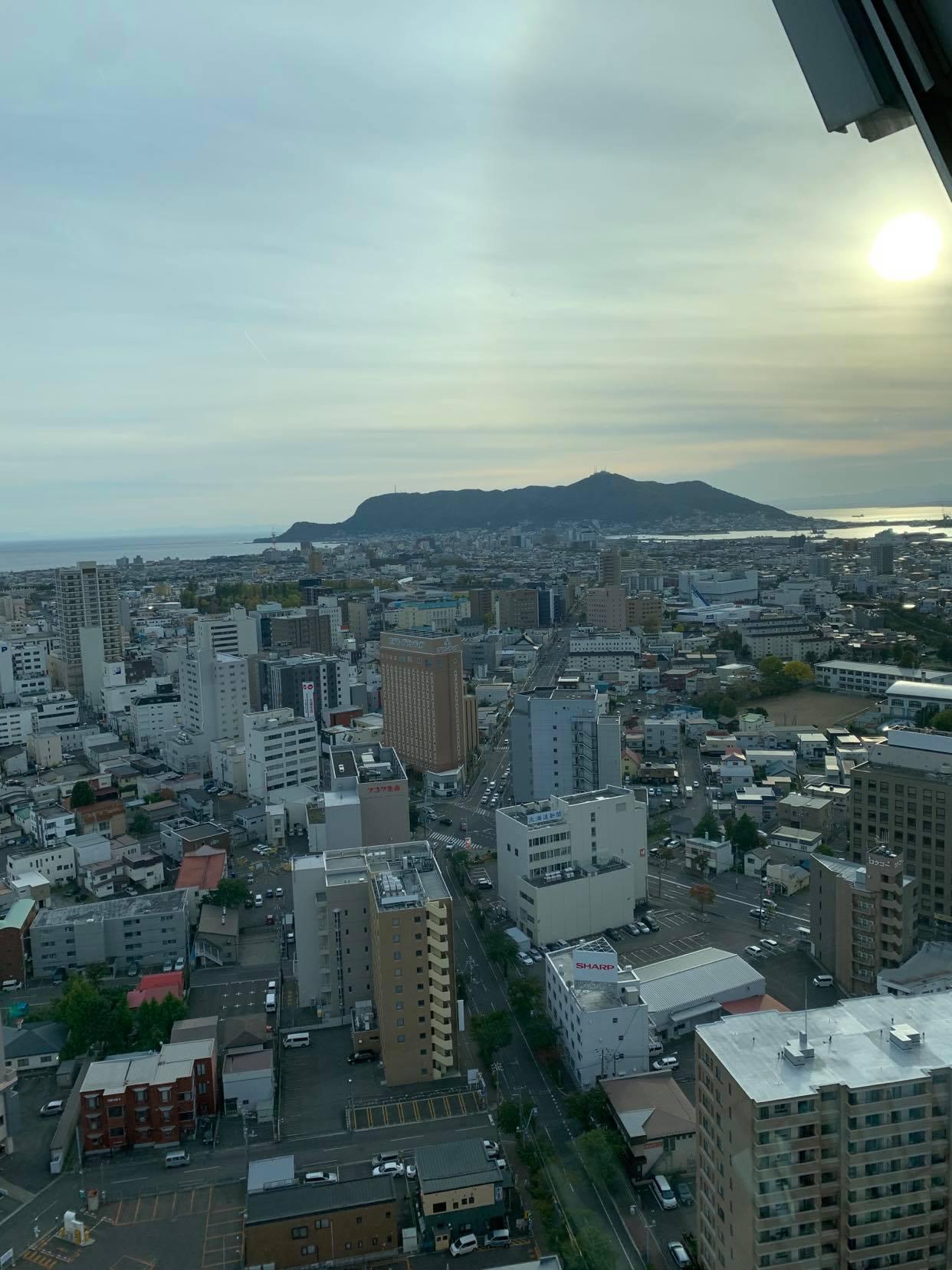 五稜郭タワーから函館市街越しに函館山を遠望 R2/10/21