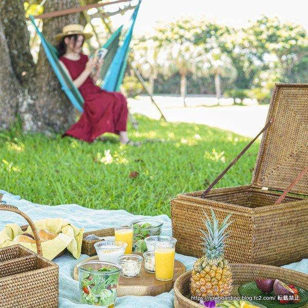 沖縄で海を眺めながらピクニック