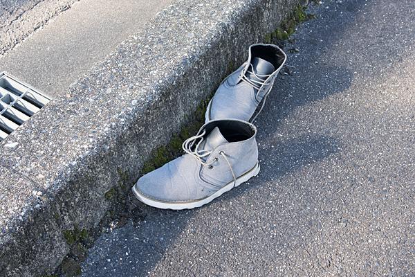 道ばたの靴