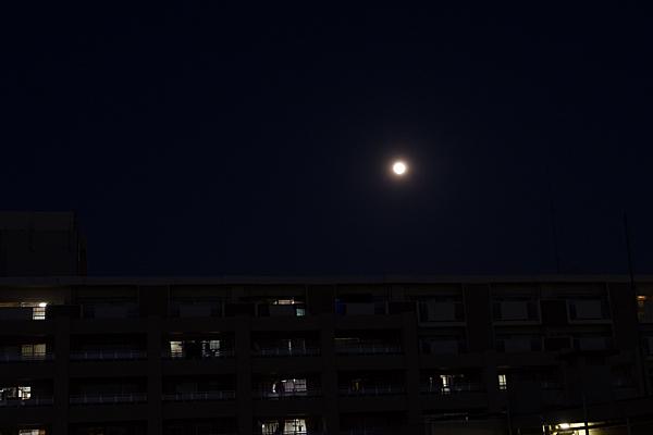 満月と住宅
