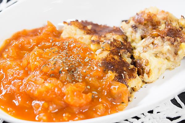 ジャガイモ焼きとトマトソース
