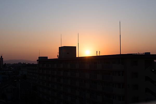夕日と住宅