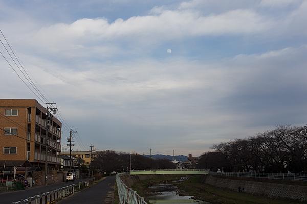 香流川と夕方の月