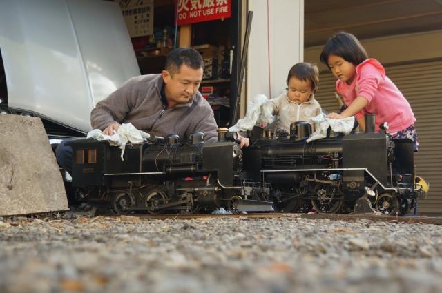 子供と一緒に汽車磨き