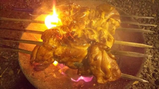 日野名物、豊田の五太子商店・カバヤキスタイル、鶏肉を焼く