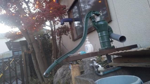 手押し井戸、水を抜く