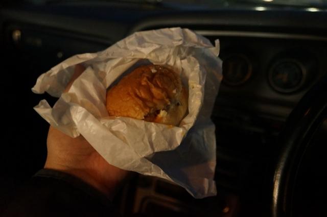 マツダルーチェで行ったレトロ自販機の聖地、中古タイヤ市場相模原店で買ったハンバーガー