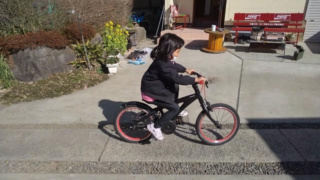 ブリジストン レベナ 子供用自転車に乗る娘