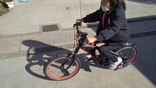 娘、ブリジストン レベナ 子供用自転車に乗る