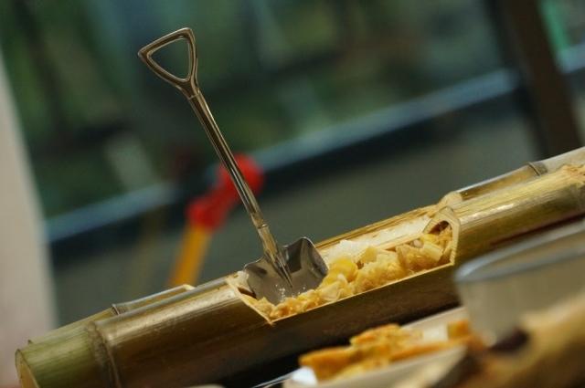 食卓から見える竹林と竹で炊いた我が家のご飯