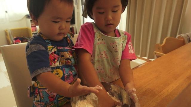 生地を作ります。粘土遊び。こねこね