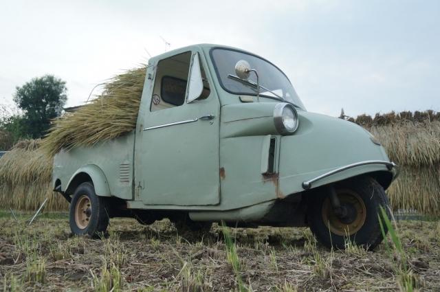 ミゼット、稲を積み田んぼの中にて作業の手伝い