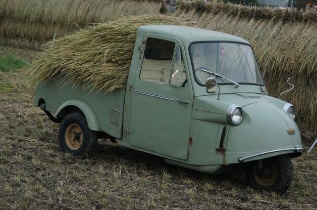稲を積み田んぼの中にて作業の手伝いミゼット