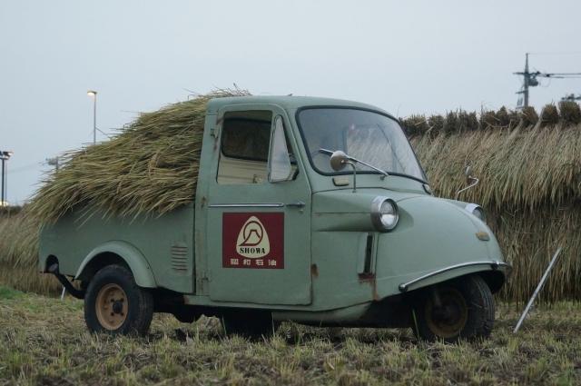 ミゼット、稲を積み田んぼの中にて