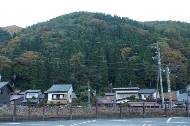 奈良井宿の駐車場から見える、若宮神社