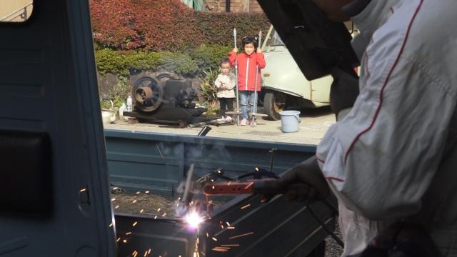 娘と息子、昼花火を眺める