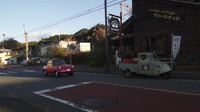 ウォールナットグローブという喫茶店の前でR360クーペにパスされるミゼット