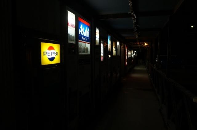 レトロ自販機の聖地、中古タイヤ市場相模原店