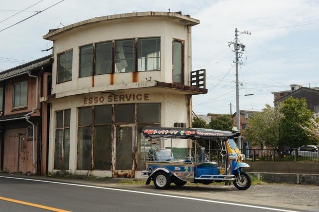 廃ガソリンスタンドの建物ととトゥクトゥク