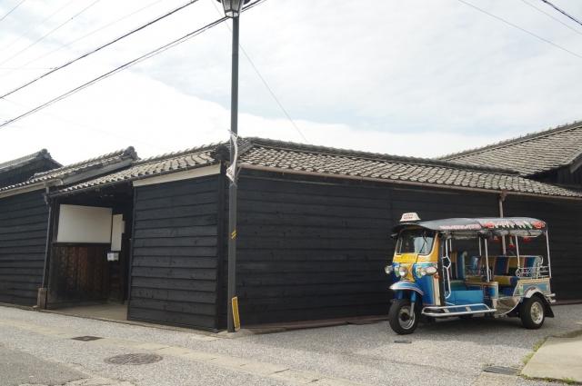 黒板塀とトゥクトゥク
