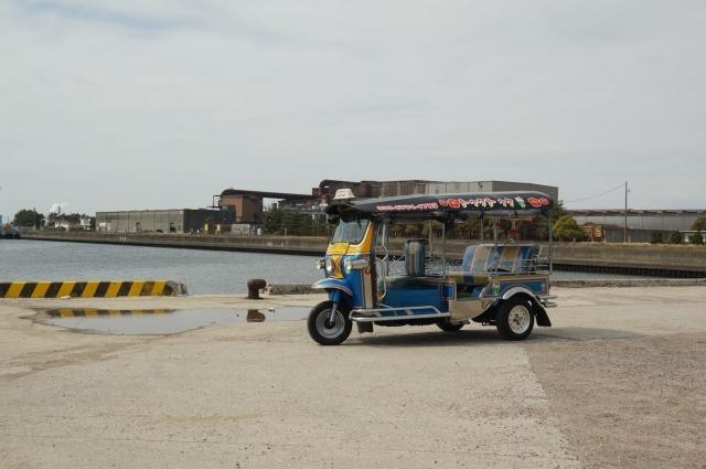 埠頭の雑多な場所にもよく似合う、トゥクトゥク