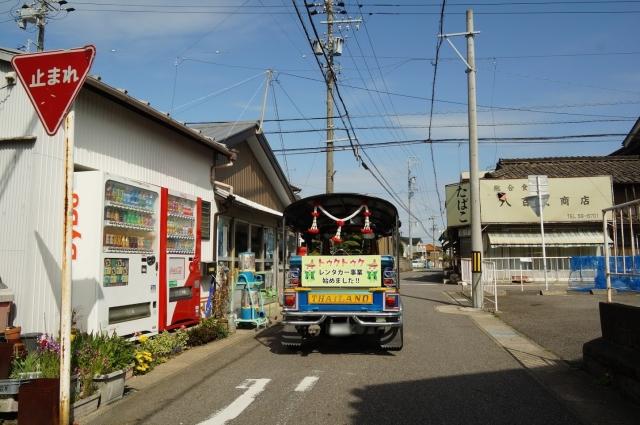 昭和の風情の交差点とトゥクトゥク