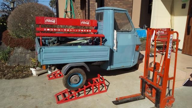 ピアジオ アペ/ベスパカーの荷台に載ったコーラベンチ