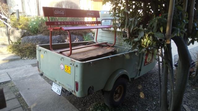 ミゼットの荷台に載ったコーラベンチ