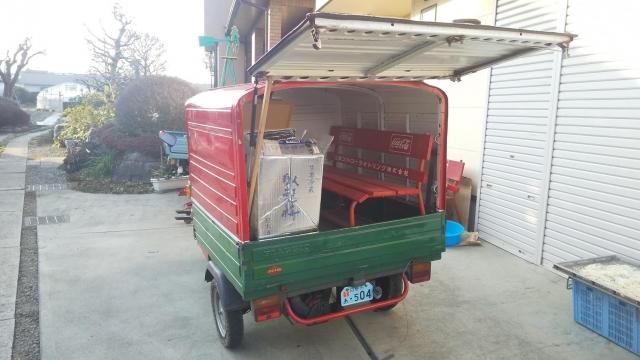 ピアジオ アペ/ベスパカーの、マル酒号の荷台に載ったコーラベンチ