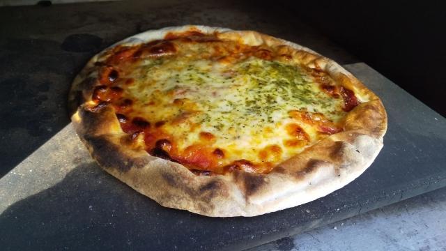 お昼はピザを焼く