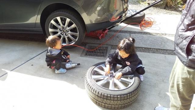 MAZDA3のタイヤ交換をしているところに遊びに来た子供たち