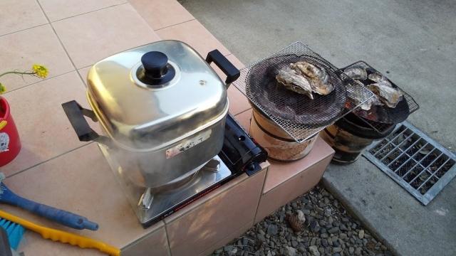 牡蠣を酒蒸しと一緒に炭火で焼きます