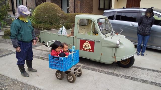 第一次錆エイジングを施したミゼットと手押し車と子供たち