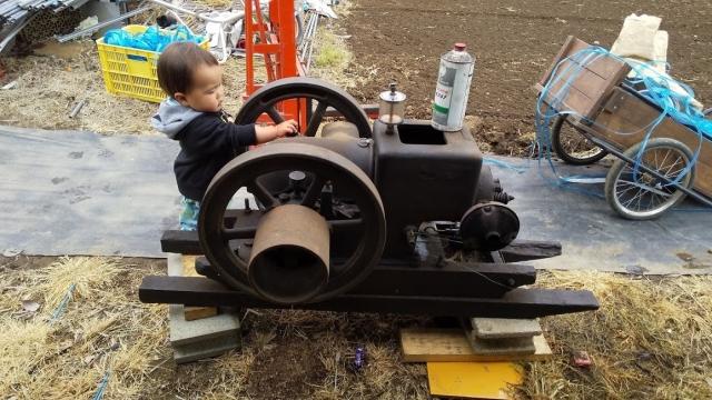 息子、クボタの90年前のエンジンに触れる