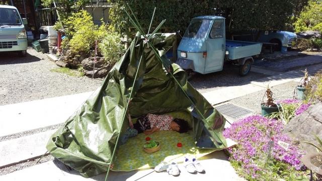 テントの中でくつろぐ子供たち