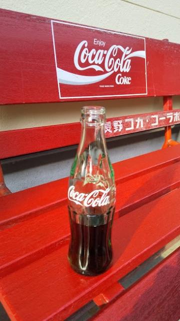 瓶コーラとコーラベンチ