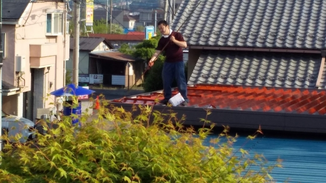 物置の屋根にペンキを塗る