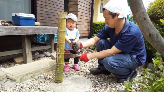 息子と竹細工、と言っても竹を割るというだけ