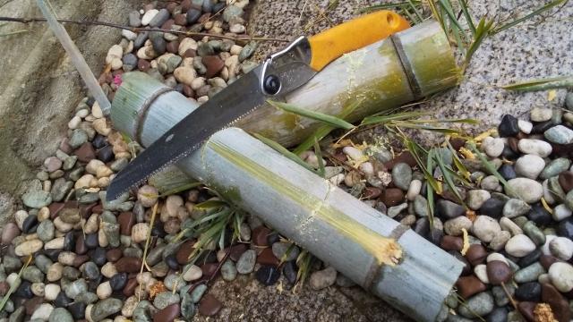 鋸で竹を切って