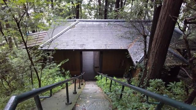 大宮神社の階段の途中にある休憩場