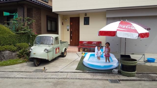 家の前にプールを出して遊ぶ