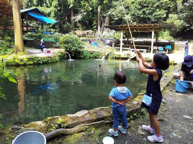辻野養魚場で釣り 娘、ニジマスを釣り上げる