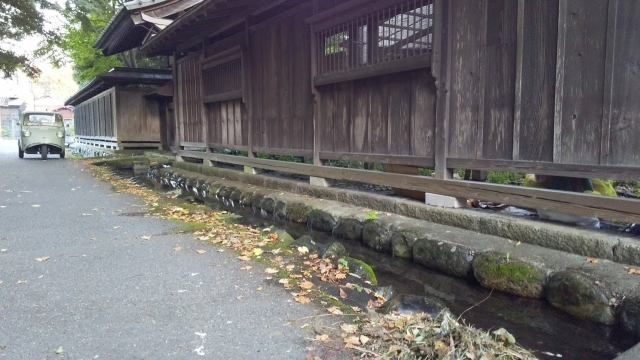 立派な門の前には湧き水の流れ