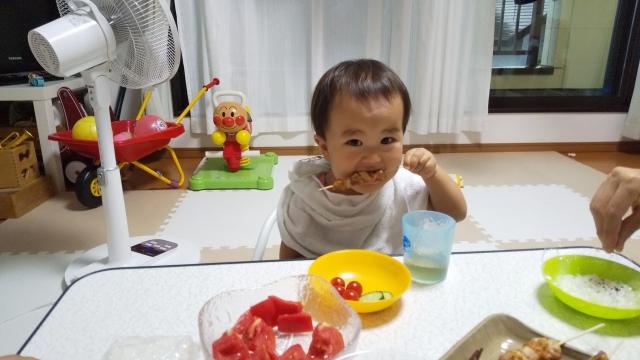息子、焼き鳥を食べる